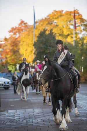 Matilda Isaksson på sin Shirehäst Moa red först i den sex hästar långa kortegen.