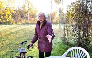 Ingrid Pettersson är ute nästan varje dag och rensar bort skalbaggarna från sin lilla altan.