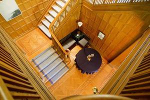 Den pampiga trapphallen är klädd i massiv ek. Direktörsfrun Ruth Edströms privata skrivarhörna har bevarats i ursprungligt skick.