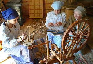 Skolbarnen i Hallstahammar får prova på gamla sysslor