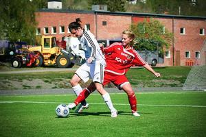 Frösöforwarden Emma Eriksson hade krutet torrt i helgen. Tre mål blev det från hennes sida mot Sätra. Därmed går hon upp i ensam skytteligaledning på fem mål i division 2 södra Norrland.Arkivbild: Olof Sjödin