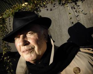 Imre Kertesz (1929–2016), fotograferad utanför Grand Hotel vid ett Stockholmsbesök.