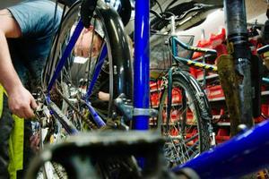 Emil Karlsson tar hand om en punktering på en cykel som lämnats in för service. En översyn av växlar, bromsar och smörjning av kedjan är också vanligt. Foto: Ulrika Andersson
