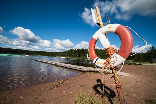 Livräddningsboj vid badplatsen på Eskilns camping.