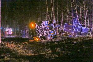Bilen hamnade runt 10 meter vid sidan av vägen. Släpet lossnade vid avkörningen och hamnade på sidan av vägbanan.