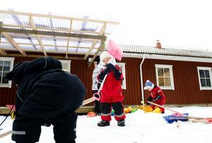 ScaDuMe har fokus på utomhusaktiviteter. Isabelle Ericson Tollbäck, två år, och Gustaf Engberg, 20 månader, verkade föredra spadarna bland uteleksakerna.