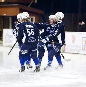 Erik Stoor (91) kramas om av lyckliga lagkamrater efter sitt grandiosa solomål i andra halvlek fram till ledning, 6–2.