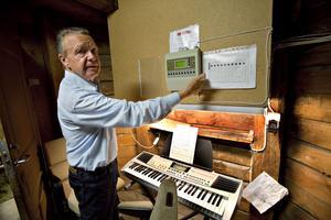 I ett rum nedanför klockorna finns digitalboxen och den keyboard som Owe Rosén använder för att spela in alla låtar med. Vintertid kan det dessutom ibland vara för kallt för att sitta högst uppe i tornet och spela.