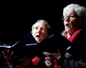 PRO Brynäs kör representeras här av Irma Gavelin och Britta Martinelle.