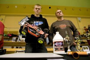 Patrik Stigenberg och  hans pappa Thomas Stigenberg, Hudiksvall delar intresset för radiostyrda bilar.