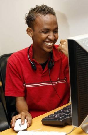 – Jag brukar chatta, titta på tv och lyssna på somalisk musik, säger Mahamud Abdulahi Abdi.foto: lasse halvarsson