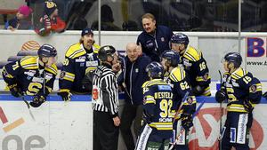 Mats Waltin i diskussion med en domare i samband med Henrik Thegels matchstraff.
