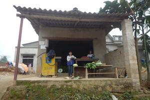Bensinstation i en liten by norra Vietnam nära kinesiska gränsen där minoritetsfolk bor.