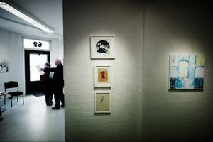 """Ur Galleri Remis Vårsamling syns två textila verk och en akvarell av Anna-Lena Rydberg och till höger Kersti Grönlunds """"Förseglad"""".Foto: Robert Henriksson"""