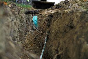 Ungefär 10 mil diken grävs för att fiber ska läggas ner i Bjuråker.