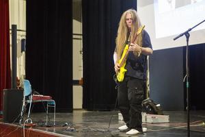 Magnus Rosén bjuder Svegs skolelever på ett smakprov av bas i världsklass.