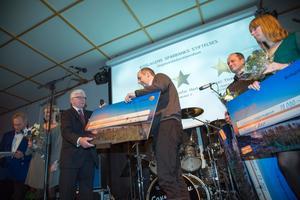 Roger Ytterberg, Hemvärnet Hallstavik/Häverödal, tar emot Roslagens sparbanks stiftelses ungdomsledarstipendium av prisutdelaren Kurt Lodenius.