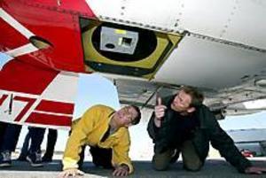 Foto: LEIF JÄDERBERG Kartjobb. Jan Frøybu visar Jan Lundström hur laserscannern läser av marken genom flygplansbuken.
