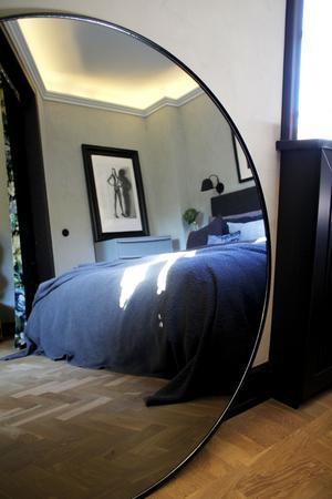 Sovhörnan har blåa toner som även återfinns i draperierna från Designers Guild.