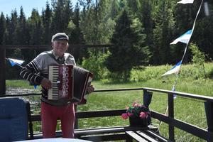 Kjell O Berggren välkomnar gästerna med dragspel och sång.
