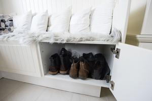 I den hemmbyggda hallbänken finns det gott om plats för skor.