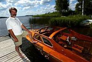 Foto: FRANK JULIN Båten tillbaka.Åke Björänge blev inte av med sin båt för gott, men tvingades rensa bort glassplitter. - Ett nytt kapell kostar 8 000 kronor, säger han.