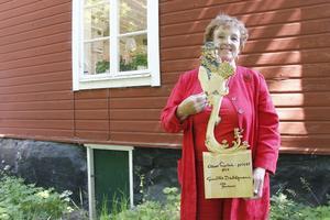 """Albert Engströmpriset. Pristagerskan Gunilla Dahlgren bjöd på många roliga historier i sitt tacktal. Priset är gjort efter en av Engströms teckningar, """"Kolingen i midsommarhagen"""" från 1904.  Foto: Maria Askerfjord Sundeby"""