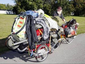 En av de mest fullpackade cyklar man skådat.Bara cykeln med släp väger 100 kilo, säger Sepp.