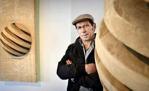 Abstrakta skulpturer. Johannes Bierling från Tyskland arbetar med hela trästycken i sin konst.