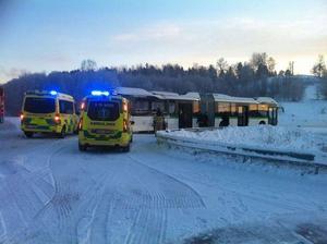 Tio personer har skadats i samband med att två stadsbussar kolliderat på Johannedalsvägen.