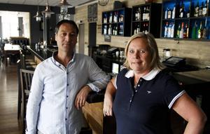 Cengiz Karakoca och Beatrice Karakoca Hansson på Janus i Ljusdal befarade att rökförbudet skulle kräva extra personal. Men de tycker att övergången till helt rökfritt fungerat över förväntan.