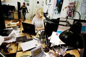 Lena tycker om att sitta med många andra i ett öppet kontorslandskap och vill inte vara en chef som stänger in sig i ett eget rum.