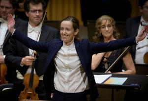 Dirigenten Jessica Cottis hoppade in med kort varsel i en konsert i Västerås konserthus i början av förra året. Publiken hade alltså ett gott minne av henne när hon framträdde där igen på torsdagskvällen.Foto: Lennart Hyse