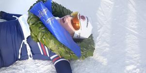 Olivia Hansson slängde sig raklång i målområdet efter segern i Wadköpingsloppet. Trots att marginalen bakåt var jättelik vågade hon inte spara på krutet, utan körde fullt hela vägen.