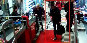 En av de misstänkta männen på väg ut förbi kassorna på Ica Maxi i Köping. Foto: Polisen