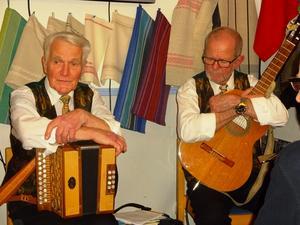 Gösta Johansson och Lars-Åke Larserud har ett liv ihop genom skolan och musiken. I gruppen Drängkammarmusik har de kamperat ihop sedan starten, i slutet på 70-talet.