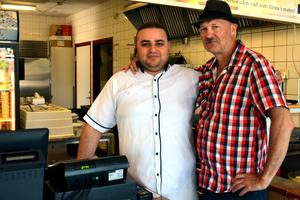 Milat Ibrahim på pizzeria Mexicana serverar lunch till Nackstabon Leif Viklund.