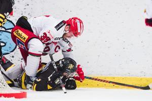 Tobias Enström i kamp med en AIK:are på Hovet förra säsongen. Bild: Dennis Ylikangas/Bildbyrån