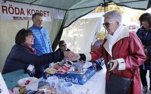 Titti Steen tycker marknaden i Grythyttan är ett ypperligt tillfälle att återvända till hemorten. Här köper hon lotter i Röda Korsets stånd där Karin och Peter Berg samt Mona Johansson sköter ruljansen