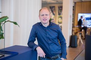 """""""Jag tror det skapar en väldigt fin stolthet och den fina kultur vi har på Scania att vi är en del av en familj"""" säger Henrik Henriksson om vinstdelningsprogrammet för anställda."""