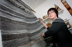 """I mattan """"Grå november"""" har Anne-Marie Lidberg Andersson återgett de grå färgskiftningarna en höstdag i fjällen. Foto: Bengteric Gerhardsson"""