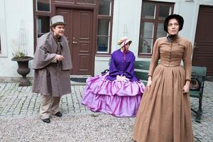 Dramatisk på museigården. Christopher Eriksson, Hanna Larsson och Emelie Hertzman spelar en scen