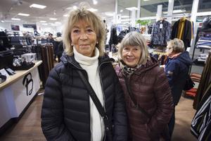 Maggan Eriksson och Birgit Hillberg tycker att det är roligt när det händer något på stan.