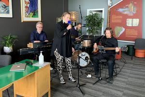 Husbandet, besående av musikerna Patrik Grundström, Pär-Åke Stockberg och Christian Sundeqvist, tillsammans med gästartisten Lotta Hultman.