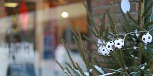 Julgranen utanför ÖFK:s kanslilokal i centrala Östersund pyntades under fredagen med både fotbollar och budskap om att swisha pengar till klubben. Kostnaderna för lokalen på Storgatan ska också ses över, enligt Niclas Lidström.