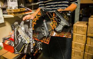 Leklust i Birsta tog bort dessa tre leksakspistoler ur sortimentet efter branschorganisationens rekommendation. Den orangea markeringen på leksakerna ska visa att det inte är riktiga pistoler.