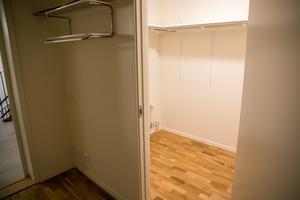 Bra förvaring. I några lägenheter har  det varit möjligt att bygga en klädkammare, det som på mäklarsvenska numera kallas för walk-in-closet.