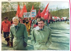 ÖA 2 maj 1994. Vidar Fahlén och Bo Holmberg var på strålande humör när de gick i täten för demonstrationen. var det möjligen helgens fina opinionssiffror som gladde?