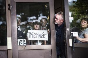 Jasmine Eriksson från Trägymnasiet väntar på att få springa ut på trappan vid Slottegymnasiet.