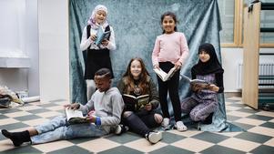 Barnradions bokpris-jury består av Jasmine Hl-Kritty, Fatme Ibrahim, Zajnab Hawra, Una Music och Shuaib Aden.Foto: Julia Lindeman /SR/TT